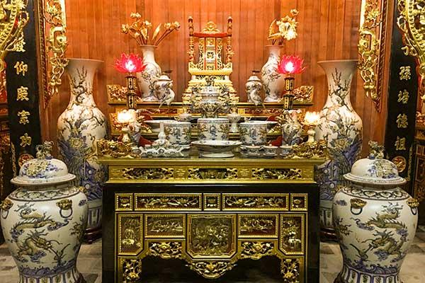 Bàn thờ quay vào bếp và những sai lầm khi chọn hướng đặt bàn thờ